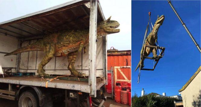 arenagempak.com - Beli Patung Dinosaur Online, Lelaki Terkejut 'Dinosaur' Itu Terpaksa Diangkut Ke Rumahnya Guna Kren