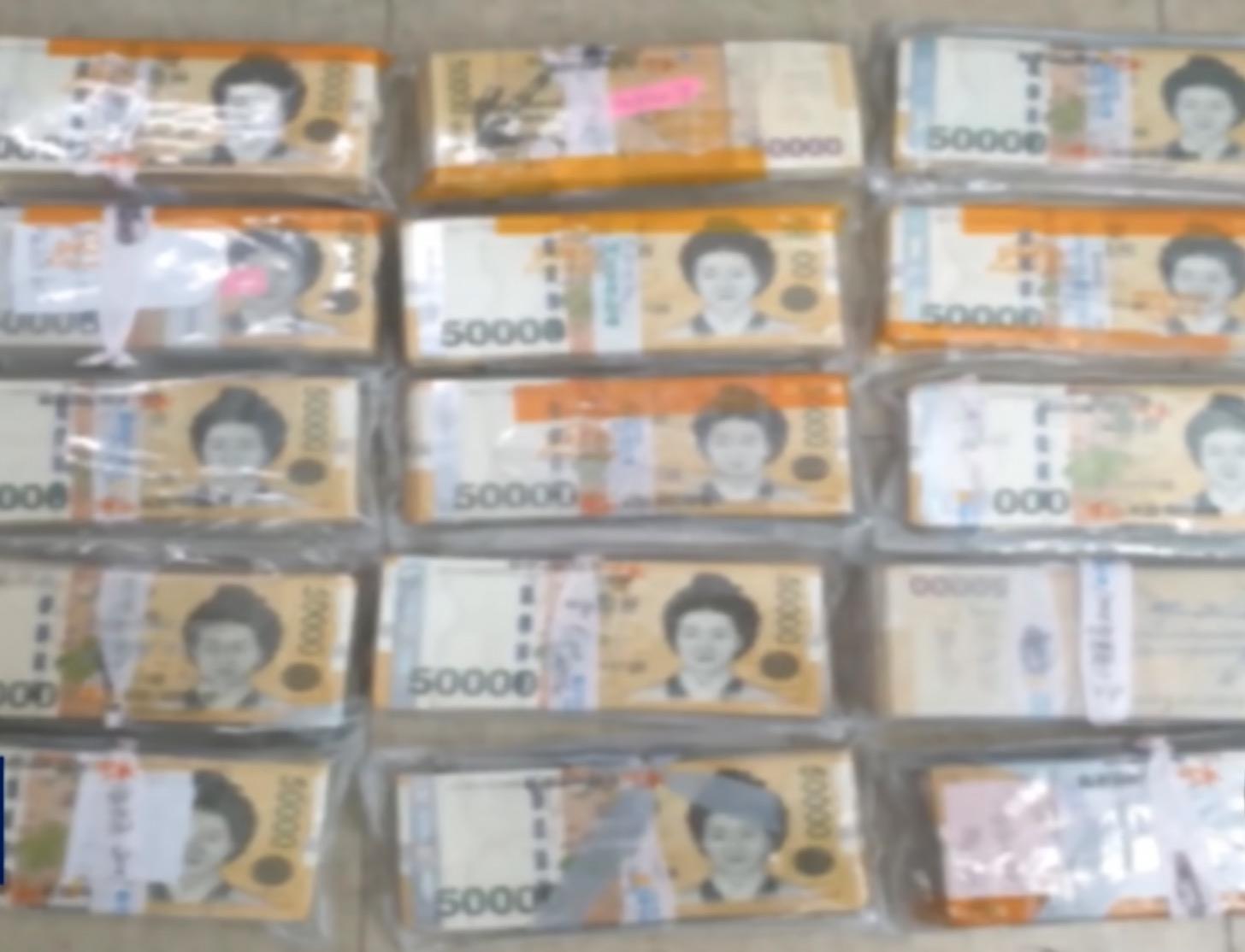 Lelaki Membeli Peti Sejuk Terpakai, Terkejut Menemui Duit RM400 Ribu Lebih Tersembunyi Di Bahagian Bawahnya